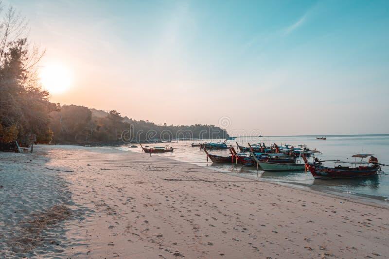 Tramonto in Phi Phi Islands, Tailandia fotografie stock