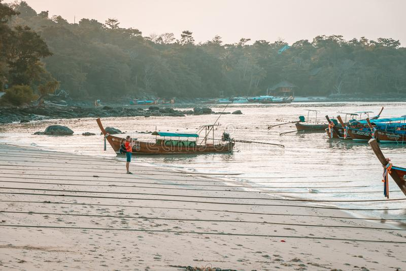 Tramonto in Phi Phi Islands, Tailandia immagini stock libere da diritti