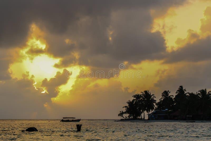 Tramonto piacevole in isola dei Caraibi fotografia stock
