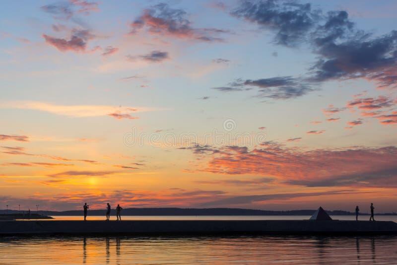 Tramonto pittoresco sul lago di estate fotografie stock
