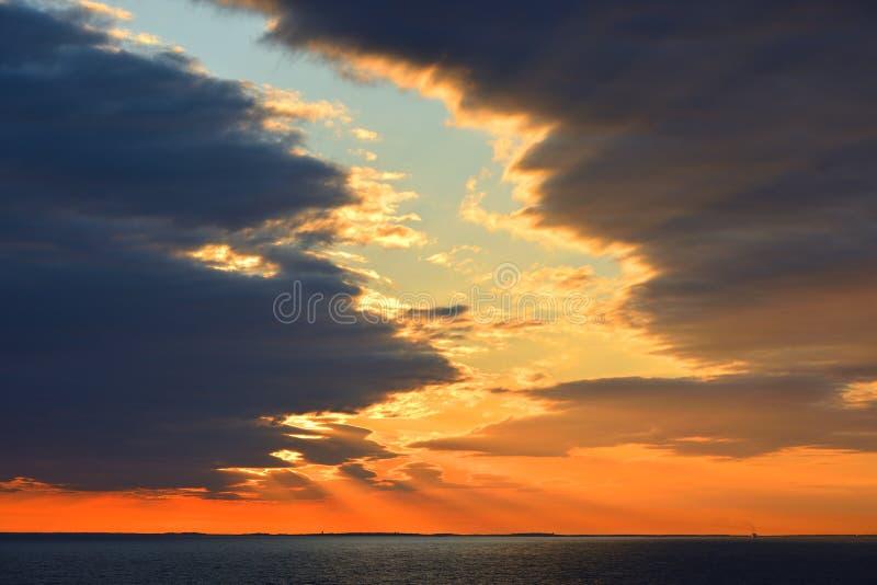 Tramonto pittoresco Ultimi raggi del sole Mar Baltico immagini stock