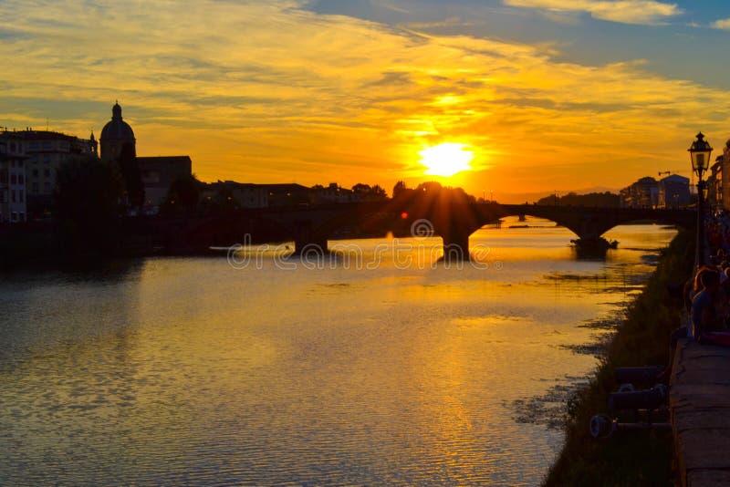 Tramonto in ponte di Carraia di alla di Carraia di alla di Ponte attraverso Arno immagine stock