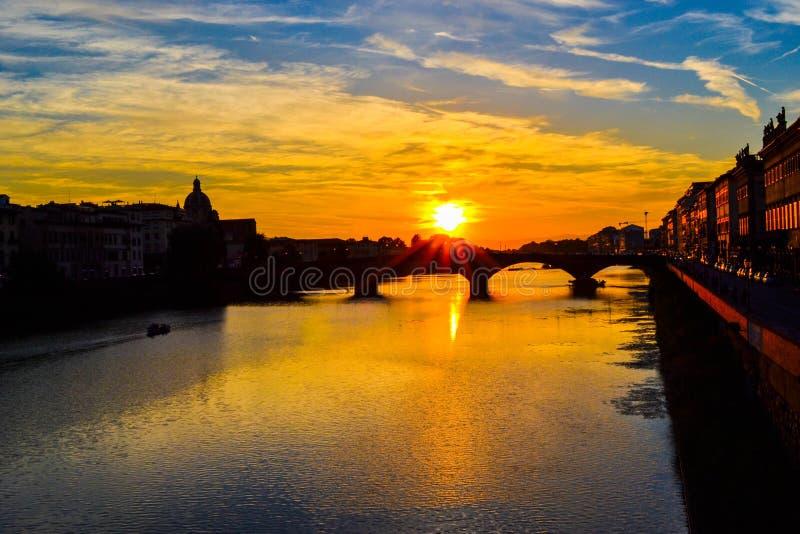 Tramonto in ponte di Carraia di alla di Carraia di alla di Ponte attraverso Arno immagine stock libera da diritti