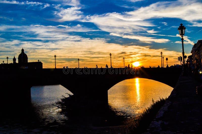 Tramonto in ponte di Carraia di alla di Carraia di alla di Ponte attraverso Arno immagini stock libere da diritti
