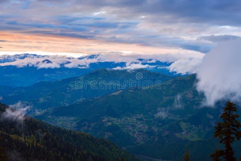 Tramonto porpora stupefacente in montagne dopo la tempesta immagine stock