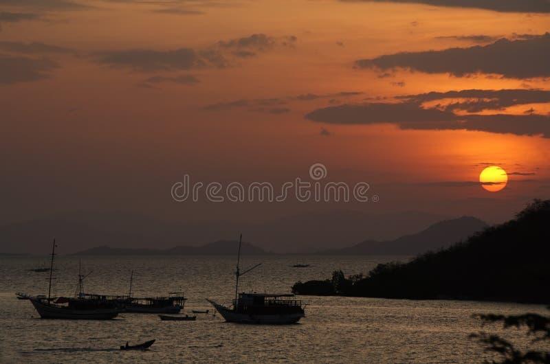 Tramonto in porto di Labuan Bajo immagini stock libere da diritti