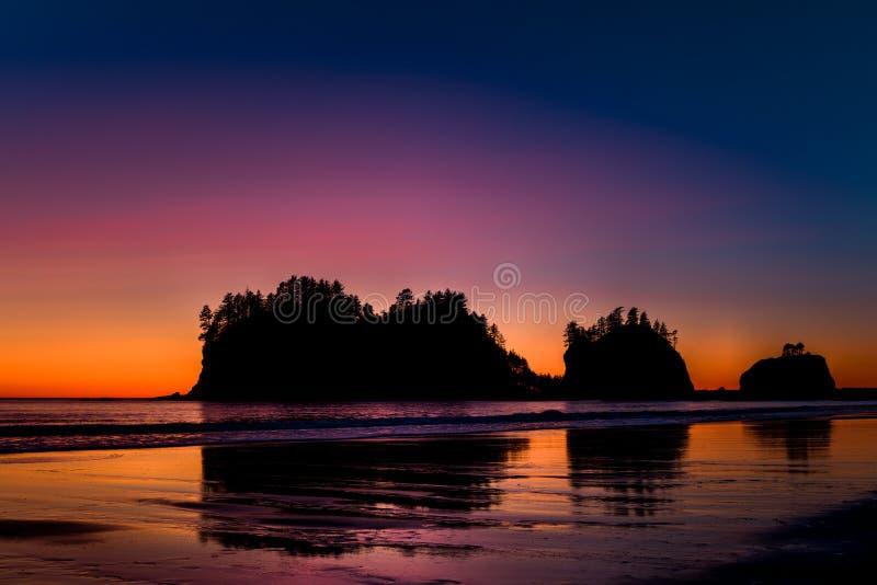 Tramonto, prima spiaggia, parco nazionale olimpico, U.S.A. immagine stock