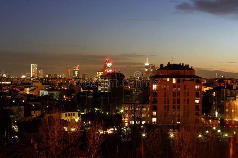 Tramonto recente dell'orizzonte di Milano fotografie stock libere da diritti