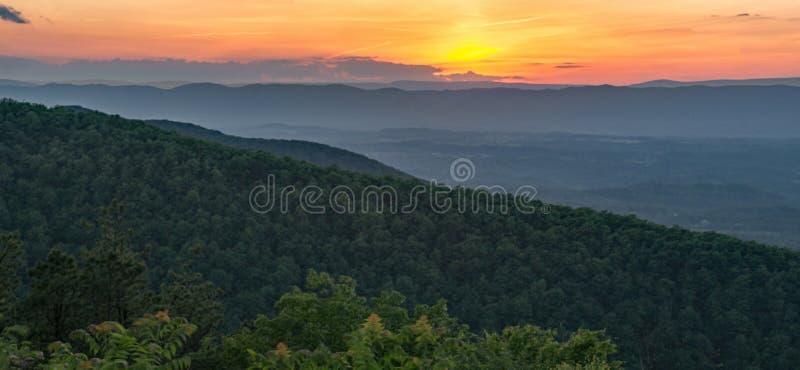 Tramonto in Ridge Mountains blu fotografie stock