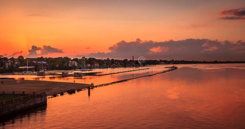 Tramonto a Riga, Lettonia fotografie stock