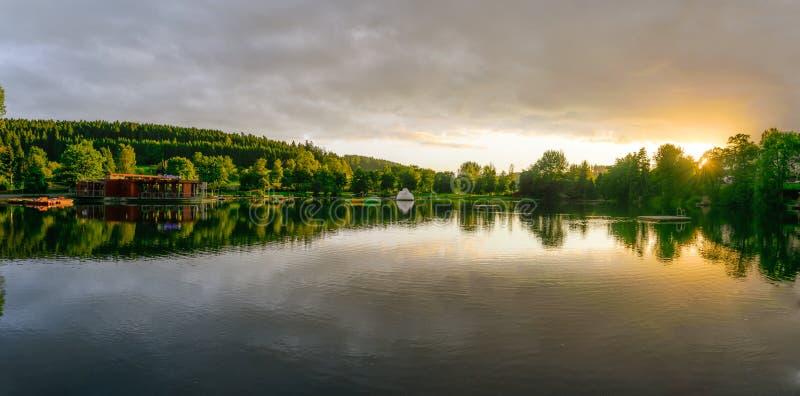 Tramonto roccioso del lago fotografia stock