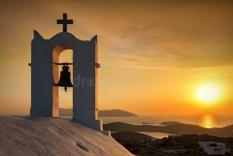 Tramonto romantico visto da una vecchia chiesa ortodossa bianca nelle isole di Cicladi immagine stock libera da diritti