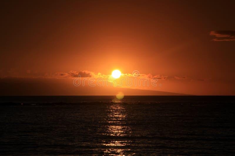 Tramonto rosso dell'Hawai. immagini stock