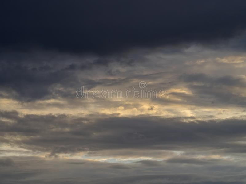 Tramonto rosso, nuvole spesse fotografia stock libera da diritti