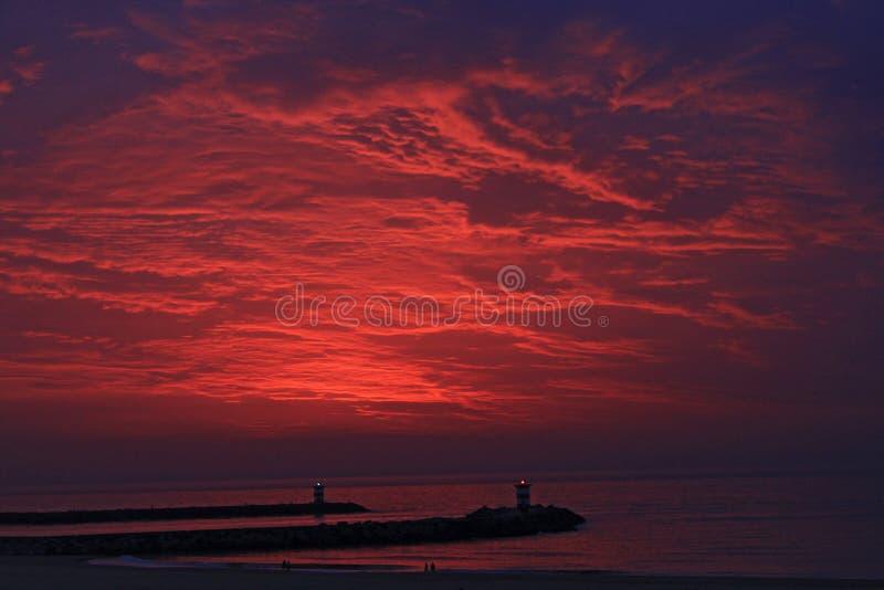 Tramonto rosso sulla spiaggia in Den Haag immagine stock