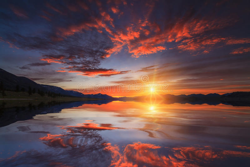 Tramonto rosso variopinto sopra il mare fotografie stock libere da diritti