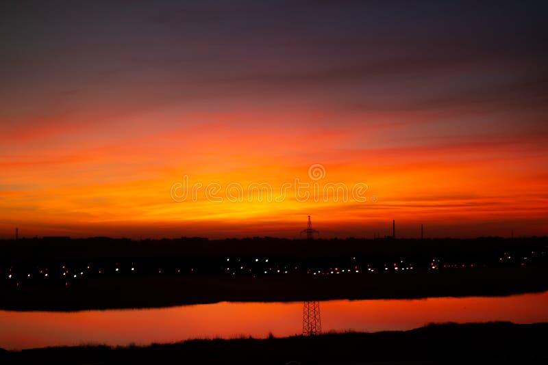 Tramonto sanguinoso nel color scarlatto delle nuvole fotografia stock