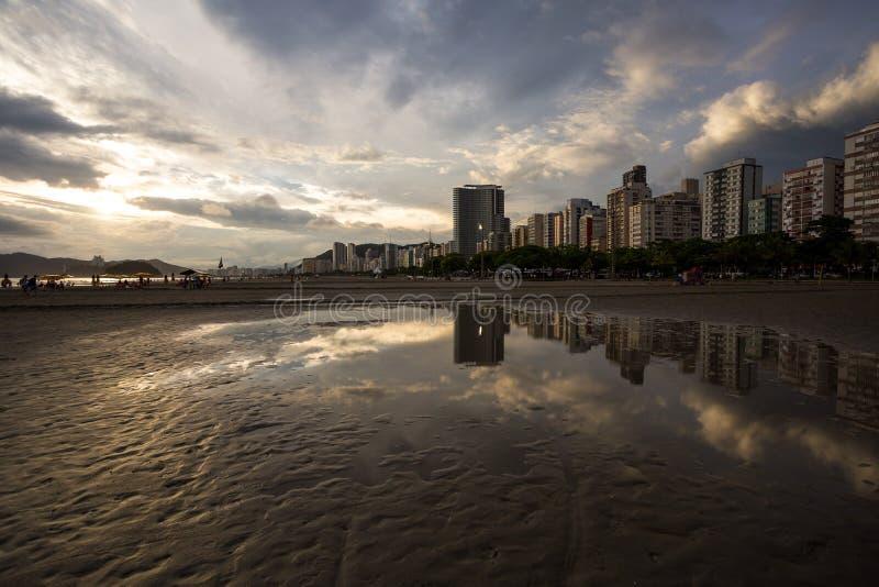 Tramonto in Santos, Brasile; fotografia stock libera da diritti