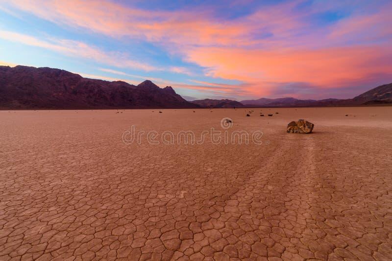 Tramonto sbalorditivo con le nuvole variopinte alla pista Playa nel parco nazionale di Death Valley IN CALIFORNIA fotografie stock libere da diritti