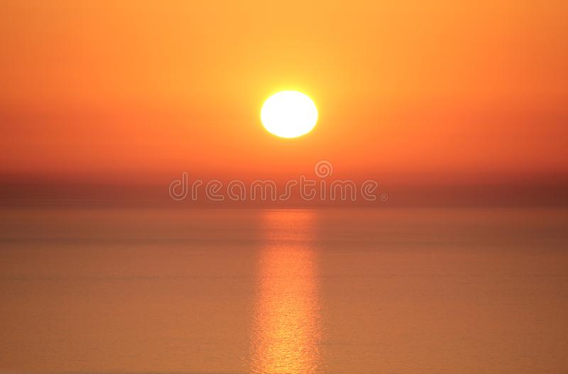 Tramonto sbalorditivo nel verde di costo - Sardegna - concetto solare di protezione, immagini stock libere da diritti