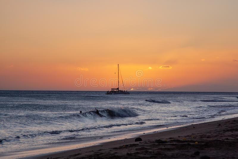 Tramonto scenico ad una spiaggia di Kamaole, Maui con la barca a vela nei precedenti fotografie stock libere da diritti