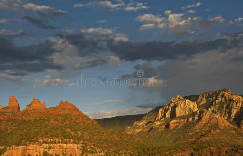 Tramonto scenico di sera dell'arenaria rossa al sedona, az fotografie stock libere da diritti