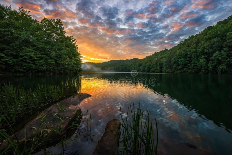 Tramonto scenico sopra il lago della montagna fotografia stock