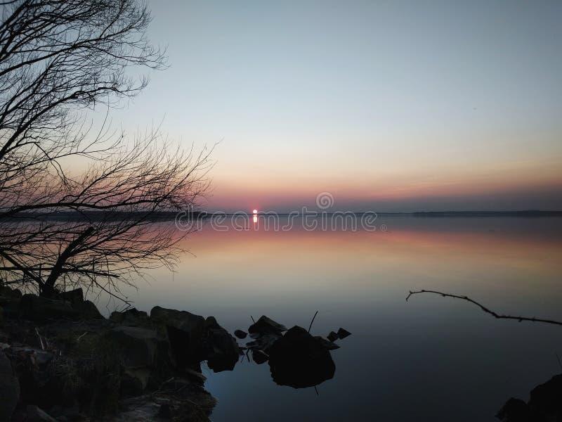 Tramonto scuro sul lago immagini stock