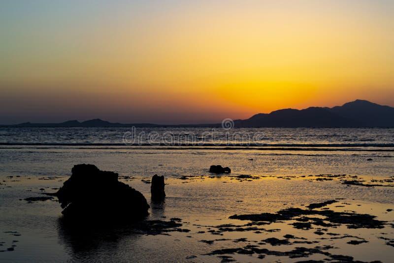 Tramonto in Sharm-el-Sheikh, Egitto sopra l'isola di Tiran, Mar Rosso, Sau immagine stock