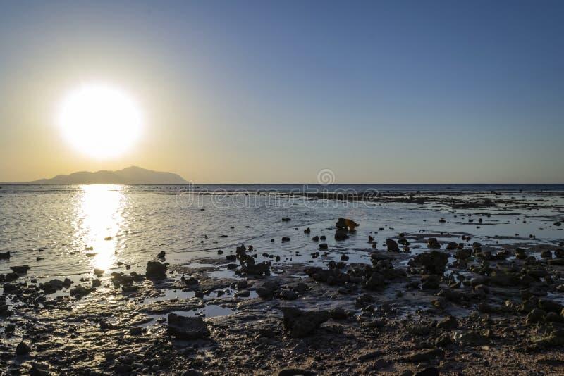 Tramonto in Sharm-el-Sheikh, Egitto sopra l'isola di Tiran, Mar Rosso, Sau fotografia stock