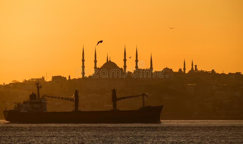 Tramonto sopra il Bosforo Costantinopoli, siluetta di una nave da carico sui precedenti della moschea blu immagine stock libera da diritti