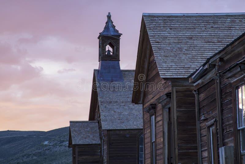 Tramonto sopra il campanile della chiesa metodista, Bodie, California fotografia stock