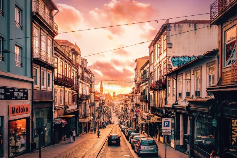 Tramonto sopra il DOS Clerigos di Rua a Oporto, Portogallo fotografia stock