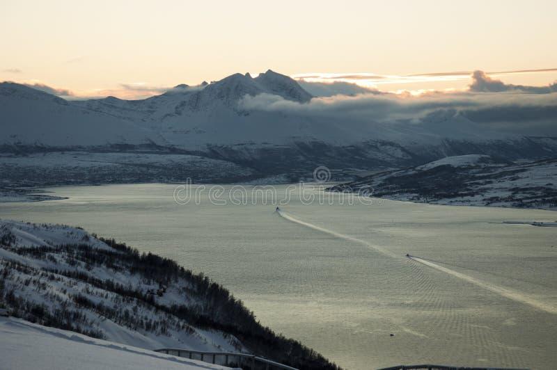 Tramonto sopra il fiordo in Tromso Norvegia fotografia stock