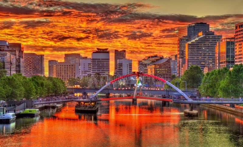 Tramonto sopra il fiume di Yarra a Melbourne, Australia fotografia stock