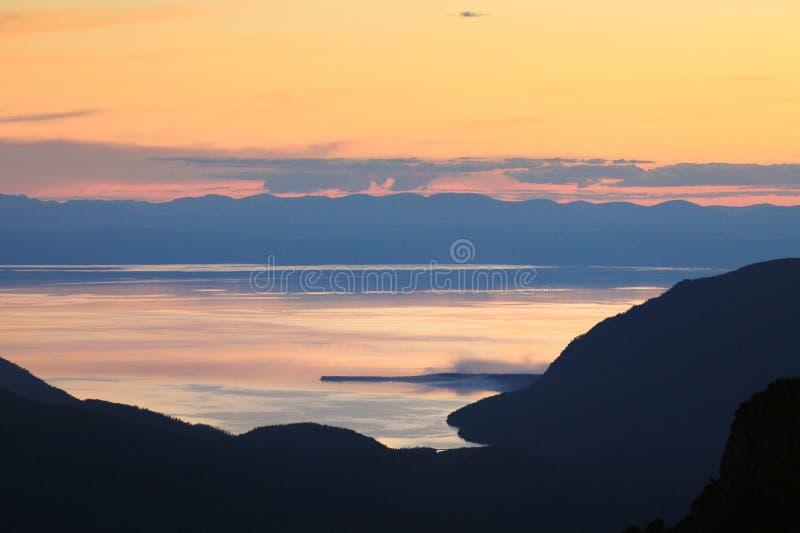 Tramonto sopra il lago Baikal immagine stock