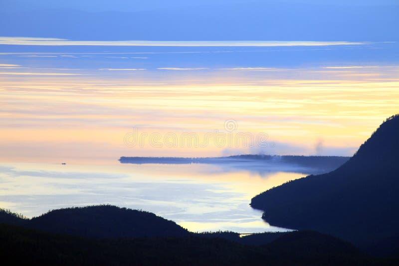 Tramonto sopra il lago Baikal fotografia stock