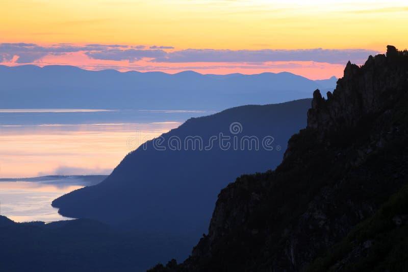 Tramonto sopra il lago Baikal fotografie stock libere da diritti