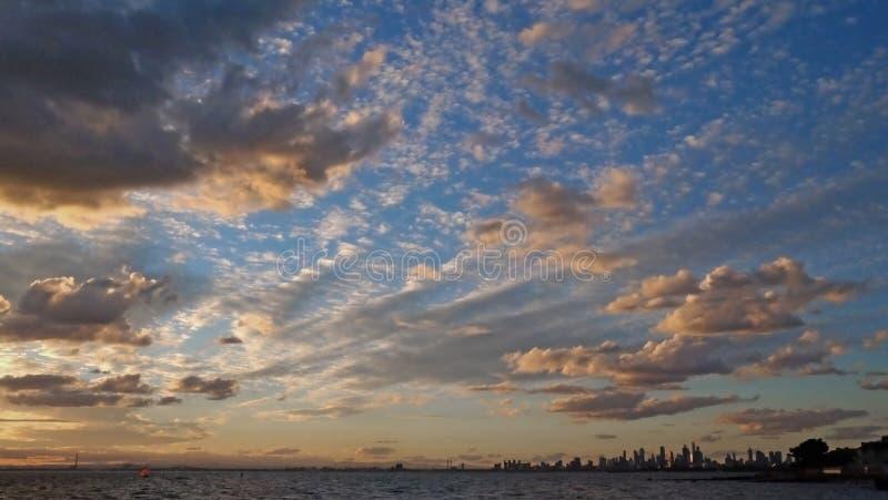 Tramonto sopra il lago a Brighton Beach a Melbourne, Australia immagini stock