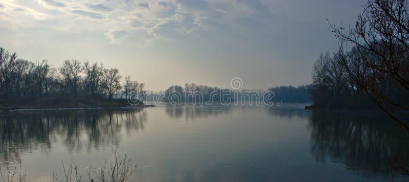 Tramonto sopra il lago dell'acqua blu ai jonages del miribel fotografie stock libere da diritti
