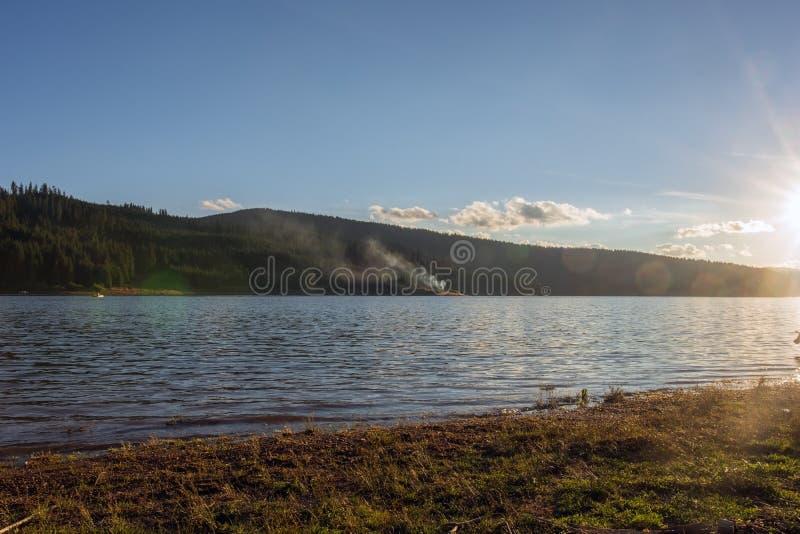 Tramonto sopra il lago della montagna nel paese della Romania fotografia stock