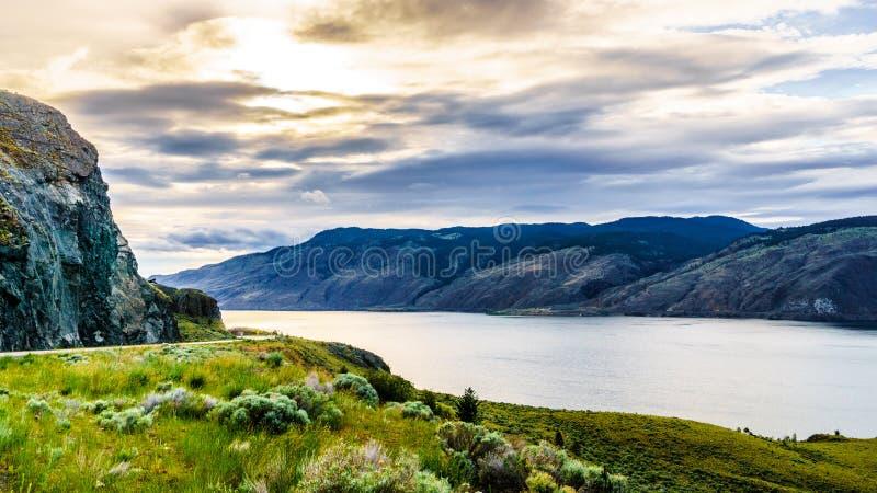 Tramonto sopra il lago Kamloops lungo la strada principale del trasporto Canada fotografie stock