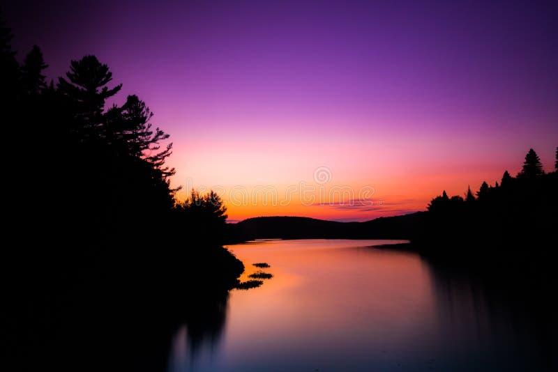 Tramonto sopra il lago nel Canada fotografia stock libera da diritti