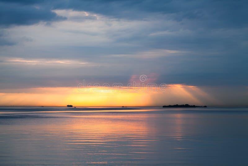 Tramonto sopra il Mar Baltico Il cielo nuvoloso, ancora innaffia fotografia stock