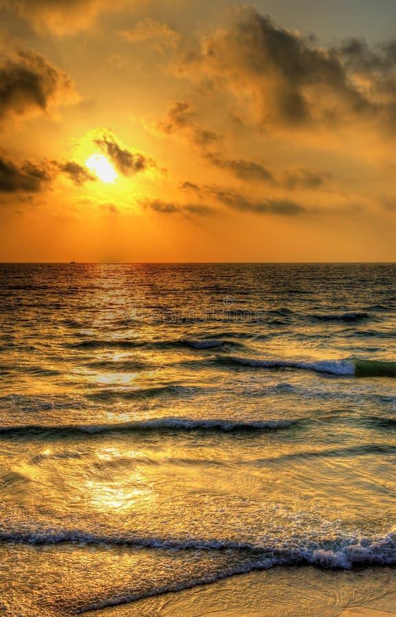 Tramonto sopra il mar Mediterraneo fuori dalla costa di Tel Aviv immagine stock