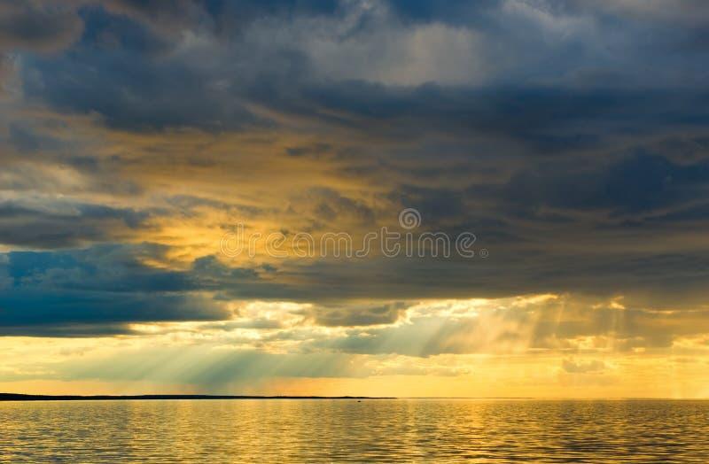 Tramonto sopra il mare immagini stock libere da diritti