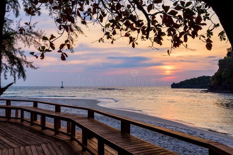 Tramonto sopra il mare all'isola di Tarutao, Tailandia immagine stock