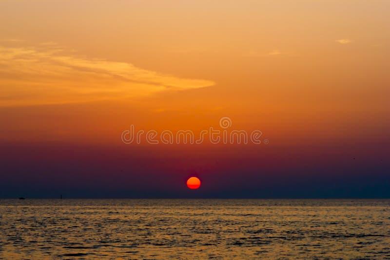 Tramonto sopra il mare, composizione nella natura immagini stock