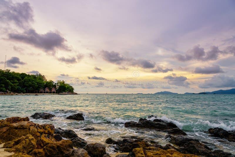 Tramonto sopra il mare di estate all'isola di Koh Lipe, Tailandia fotografia stock