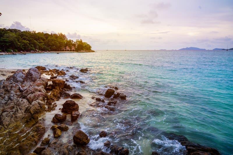 Tramonto sopra il mare di estate all'isola di Koh Lipe, Tailandia immagine stock libera da diritti